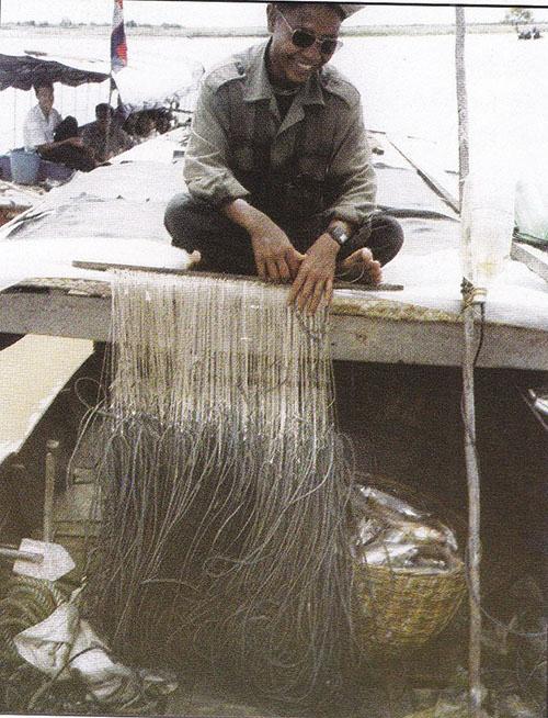 Pêcheur avec une ligne a hameçons
