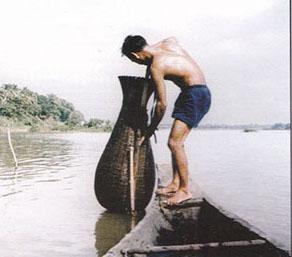 Pêcheur avec un piège en bambou